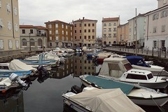 Muggia (8pl) Tags: port bâtiments maisons bateaux muggia italie eau reflets reflection bâche couleurs petitsbateaux barques cartepostale infinitexposure architecture mare plaisance bâches
