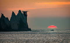 Sunset @ the Needles (Elm Studio) Tags: copyright copyrighted jeffmorgan elmstudio jeffelmstudiocom wwwelmstudiocom 4407542933700 isleofwight 2017 appicoftheweek morgan famousplace outdoors placeofinterest seascape needles alumbay england englishchannel europe gb freshwater uk contrejour panasonic telephoto silhouette boat chalk seastacks sea sun sky lighthouse birds sunset specularhighlights totlandbay gbr