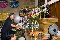 lighting a candle (the foreign photographer - ฝรั่งถ่) Tags: man lighting candle therds funeral wreaths wat prasit mahathat bangkhen bangkok thailand nikon