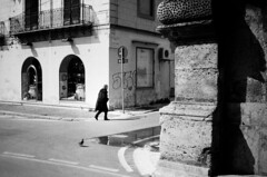 l'allineamento (gato-gato-gato) Tags: 35mm contax contaxt2 iso400 it ilford italy ls600 noritsu noritsuls600 palermo strasse street streetphotographer streetphotography streettogs t2 analog analogphotography believeinfilm film filmisnotdead filmphotography flickr gatogatogato gatogatogatoch homedeveloped pointandshoot streetphoto streetpic tobiasgaulkech wwwgatogatogatoch sicilia italien black white schwarz weiss bw blanco negro monochrom monochrome blanc noir strase onthestreets mensch person human pedestrian fussgänger fusgänger passant autofocus italia sicily europe travel adventure travelling eu
