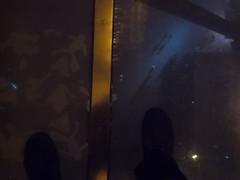 Glasplatte Eiffelturm (schremser) Tags: frankreich paris eiffelturm toureiffel glas glaplatte schuhe füse