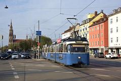 P-Zug 2005/3004 bei der Ausfahrt aus der Haltestelle Tegernseer Landstraße vor der Giesinger Kirche (Bild: Andy Paula) (Frederik Buchleitner) Tags: 2005 3004 linie15 munich münchen pwagen strasenbahn streetcar tram trambahn