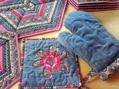 Para me moderna: jeans, patchwork e flor de retalho (Carla Cordeiro) Tags: placemat patchwork reciclagem doubleface geometria tringulo borda tablerunner retalhos hexgono upcycling customizao flordetecido luvadecozinha cantomitrado customizaojeans