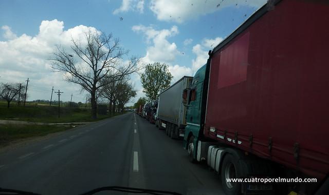 Cuando nos vamos acercando a la frontera Hungara encontramos varios kilómetros de camiones esperando para cruzarla
