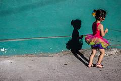 Sombra de la Inocencia (Max Valenzuela) Tags: street shadow green wall canon children mexico outdoors happy shadows child play balloon sunny skirt sidewalk jugar tijuana inocent globo 3ti