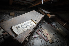 Hauptschule - Kanzlei (Robert Körner) Tags: hauptschule kanzlei dachboden verlassen attic abandoned rawbert k photo