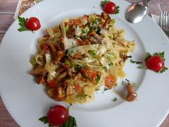 Tagliatelle mit Pfifferlingen (seikinsou) Tags: summer mushroom germany tomato restaurant italian midsummer tagliatelle warendorf westphalia pfifferling ennigerloh