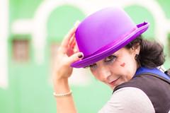 Fúcsia mecânica (Alexandre AC) Tags: saídafotocultura yuribittar chapéu palhaço garota moça mulher olhar mão rosto