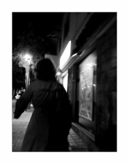 Woman in dark (Franco & Lia) Tags: street fotografiadistrada photographiederue alghero sardegna sardinia notte night bynight