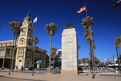 Adelaide, Glenelg, town hall and pioneer memorial (blauepics) Tags: australia australien south südaustralien adelaide glenelg blue blau landscape landschaft water wasser coast küste sand beach strand town hall rathaus old alt pioneer memorial pionier denkmal palm tree palme flaggen flags