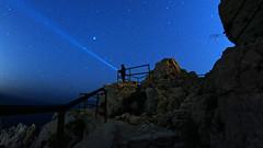 L'éclaireur d'étoiles (Murphy13006) Tags: étoiles lampe light lumière calanques ciel sky pierre marseille mer méditerranée france europe poselongue samyang nikon d7100