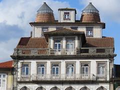 IMG_2149 (marinetteromico) Tags: toit fenêtres portes balcons couleurs cheminées guimaraes portugal