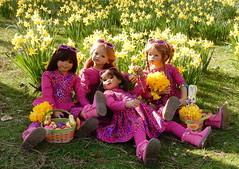 Bald kommt der Osterhase ... (Kindergartenkinder) Tags: kindergartenkinder annette himstedt dolls schloss herten frühling osterglocken garten personen jinka kindra setina bellis narzissen ostern