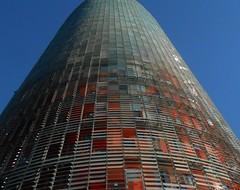 Barcelona, Torre Agbar, ein ungewöhniches Bürohochhaus in Poblenou (kleo2) Tags: barcelona torreagbar hochhaus gebäude