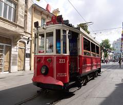 El tranvía de la calle Istiklal, Estambul, Turquía (Edgardo W. Olivera) Tags: europe europa turquía turkey estambul istanbul city ciudad panasonic lumix gh3 edgardoolivera microfourthirds microcuatrotercios tram istiklal street istcafe