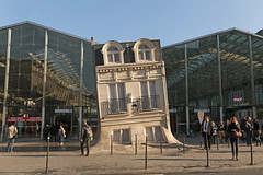 Gare du Nord - Paris (France) (Meteorry) Tags: europe france idf îledefrance paris garedunord gare station sncf maisonfond art installation house maison crooked lopsized leandroerlich cop21 meltinghouse nuitblanche people sky ciel morning matin crowd starbucks coffee climatchange obama trump march 2017 meteorry