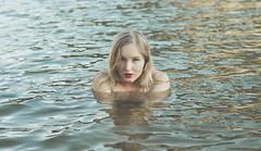 (Mishifuelgato) Tags: retrato portrait mujer woman agua water rubia blonde pantano tibi alicante españa alicia fotografía photography nikon d90 lake paisaje waterscape spain lago