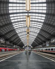 Frankfurter Hauptbahnhof (andreas.zachmann) Tags: zug deu glasdach bahnhof frankfurtbahnhofsviertel halle frankfurtammain gebäude oberlicht bahnsteig architektur dach symmetrie beleuchtung stahlkonstruktion hessen deutschland