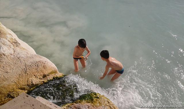 Jugando con la cascada que cae sobre la piscina