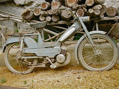 MOTOBECANE (?) moped (ClassicsOnTheStreet) Tags: france french 1950s streetphoto spotted frans 50s frankrijk wreck moped streetview motobecane 2014 brommer wrak bromfiets epave gespot straatfoto leseyziesdetayacsireuil 1cilinder lescombarelles