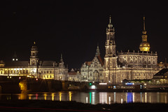 Dresden at Night (:: Blende 22 ::) Tags: longexposure bridge color night canon germany deutschland dresden view clear sachsen blick elbe twogirls canaletto smalltalk dakr ef70200mmf4lisusm canoneosd canoneos5dmarkii