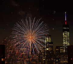 NYC Macy's Fireworks Show, July 4, 2014 (17 of 73) (Diacritical) Tags: nyc fireworks spot macys f80 july4th 4thofjuly independenceday 82mm 70200mmf28 nikond4 25secatf80 july42014 93813pm