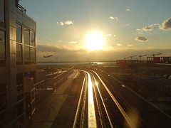 201701037 New York City Queens railway station (taigatrommelchen) Tags: 20170105 usa ny newyork newyorkcity nyc queens sky sun sunset urban railway railroad mass transit elevated station onboard airport airplane