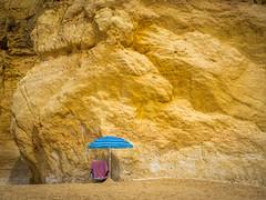 blauer Schirm (olipennell) Tags: fels felsenküste portimão portugal schirm faro pt
