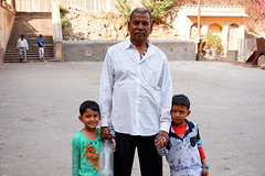 proud father (simon-r-) Tags: jaipur rajasthan india 2017 asia hanumantemple monkeytemple portrait family father kids children enfants kinder photo travel photography life people documentary galta galtaji temple inde indien march الهند sony alpha ilce 5000