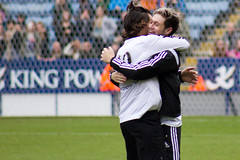Harry Styles & Niall Horan hug (vagueonthehow) Tags: onedirection harrystyles niallhoran niallhorancharityfootballchallenge