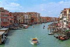 Venice : View from Rialto bridge (Pantchoa) Tags: venice venezia venecia italia italy veneto rialto bridge grandcanalcanalazoriva del vinriva ferroboatvaporetto station nikon d7100 nikkor1685f3556gedvr water gondoles gondola gondole cloudy day pantchoa pantxoa