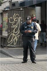 Celular a dos Manos (Digenes ;)) Tags: phone police cel personas celular telefono por polica hablando