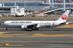 Japan Airlines   Boeing 767-300ER   JA622J   Doraemon logos   Tokyo Haneda (Dennis HKG) Tags: jal jl japanairlines boeing 767 767300 767300er boeing767 boeing767300 boeing767300er aircraft airplane airport plane planespotting tokyo haneda rjtt hnd ja622j doraemon oneworld canon 7d 100400