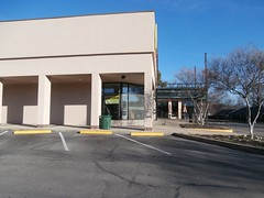 Southeast corner, with bistro entrance further down (l_dawg2000) Tags: 2000s bookstore closed independent labelscar laurelwood liquidation memphis outofbusiness poplarave retail tennessee tn unitedstates usa