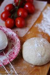 Preparazione dei panzerotti con mozzarella e pomodori 1 (Giovanna-la cuoca eclettica) Tags: workinprogress ingredienti pomodori latticini food indoor stilllife colors red energy