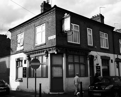 Victoria Jubilee, Leire Street, Caerlŷr /Leicester (Rhisiart Hincks) Tags: bw gwennhadu duagwyn brosaoz lloegr england leicester caerlŷr harrisonroad leirestreet victoriajubilee publichouse pub taberna ostaleri tavarn tafarn