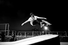 _sobrevuelos_ (ALXM_) Tags: noche night barcelona barna skate aire air suspendido suspended salto jump cataluña catalunya pistas tracks malabarismo juggling blanconegro blackwhite deportes sports agilidad agility pericia expertise libre fresh canon canon6d