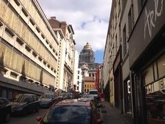 Rue des Capucins (Marolles) (Erasmusenflandes) Tags: erasmusbruselas palacio de justicia poelaert chapelle rue haute lepée colline capucins marolles contrastes bruselas bruxelles