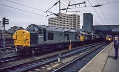 37104+47456 Leeds 1E11 10th Mar 1990 (Mr Bushy) Tags: class37 englishelectric ee tractor syphon growler eetype3 1990 leeds westyorkshire westriding railfreightgrey largelogo class47 brushtype4 br britishrail er easternregion lner londonnortheasternrailway lms londonmidlandscottish mr midlandrailway gnr greatnorthernrailway sc settlecarlisle