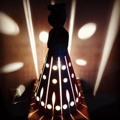 Abajur. Agora sim, iluminando... #artesanatomineiro #decoração #decoraçãomineira #casa #casamineira #abajur #luminaria #iluminação (fabriciabarcelos) Tags: artesanatomineiro casamineira abajur decoração iluminação luminaria casa decoraçãomineira
