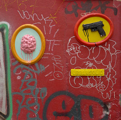 Obey (Soléa) Tags: street streetart art rifle obey brain violence revolver arme cerveau flingue cervelle obéir