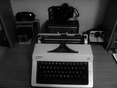 & The Ladies (Spinonesortiz) Tags: old canon de kodak machine s monica olympia write maquina polariod escribir eos500