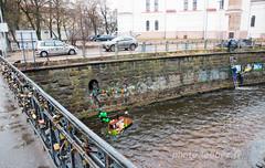 Saint Patrick à Vilnius en Lituanie (louis.labbez) Tags: labbez lituanie vilnius 2017 uzupis patrick cadenas pont fleuve neris tableau statue bateau vert green