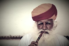 Indian man. (María Velázquez de Castro) Tags: india indian man people portrait hombre retrato pipe pipa indio delhi gente turbant turbante