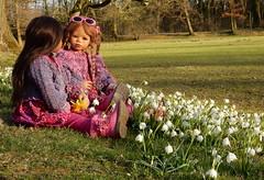 Kleine Gesprächsrunde ... (Kindergartenkinder) Tags: kindergartenkinder annette himstedt dolls schloss herten frühling garten personen kindra bellis märzenbecher