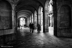 2320  Un rincón de Barcelona (Ricard Gabarrús) Tags: ciudad monocromo calle blancoynegro barcelona olympus street rue carrer ricardgabarrus arcos ricgaba