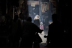 Una luce nel buio. Light in the dark (Francesco Arcana') Tags: street people color canon artistic maroque