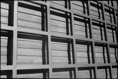 (Leandro C Rodrigues) Tags: shadow bw film argentina lines linhas canon buenosaires squares sombra pb preto hp5 filme canonet ilford ql17 analogic quadrados analogico