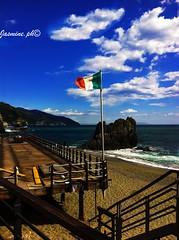 spiaggia-beach (jasmine_ravagli) Tags: blue sea summer sky sun beach mare estate blu 5 flag liguria cielo tricolor terre sole spiaggia bandiera tricolore