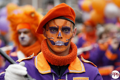 Skeleton conductor (Frankhuizen Photography) Tags: skeleton conductor fluit en tamboer korps st job groeëte rogstaekers optocht weert netherlands 2017 vastenavond vastelaovond carnaval carnival fotografie photography street straat candid colorful doodshoofd dirigent baret oranje orange paars purple